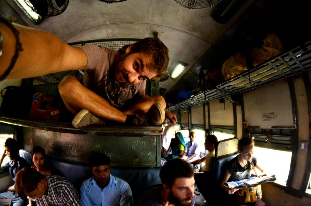 In India, sul treno, quando non c'è più posto, c'è posto.