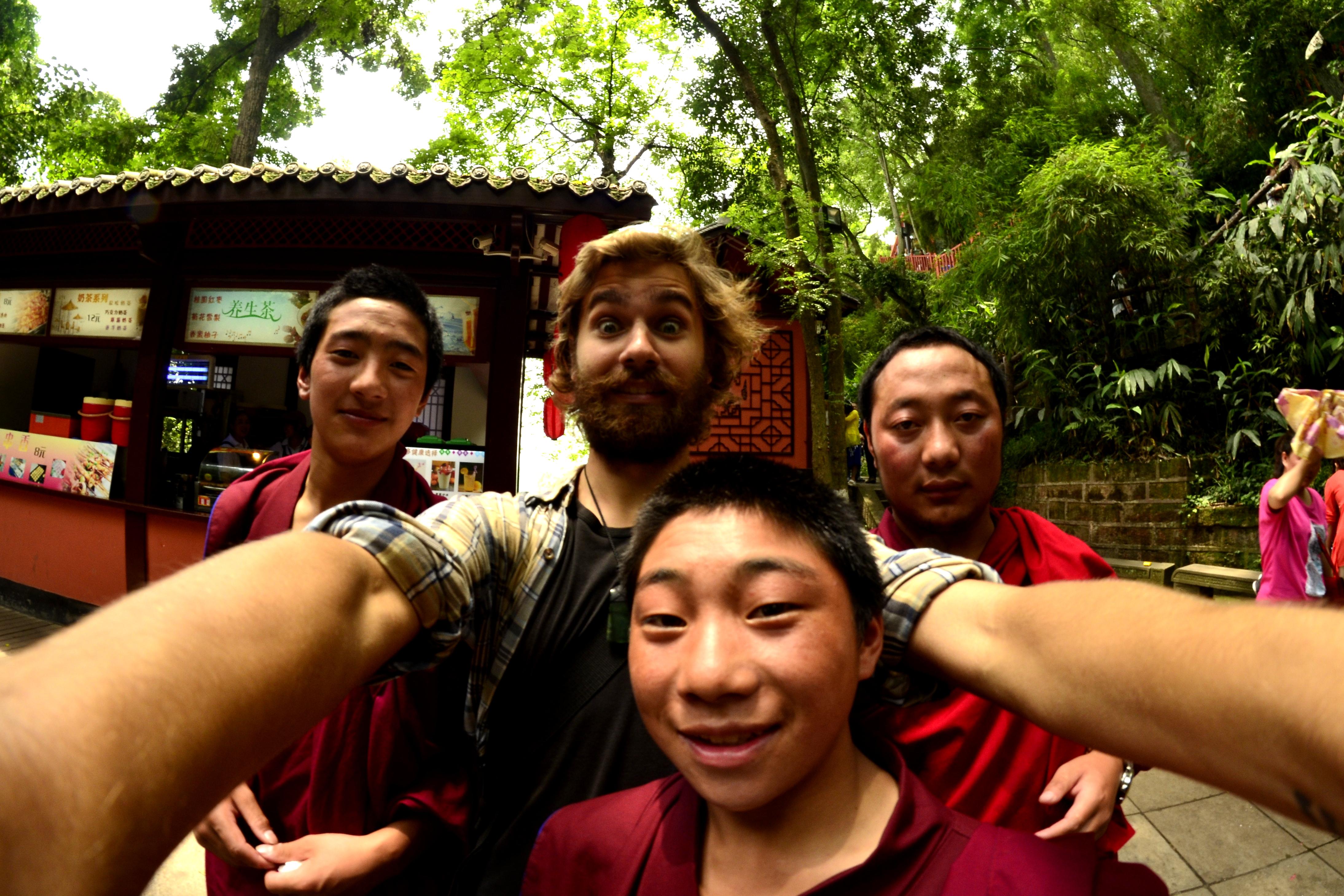 Con un gruppo di Monaci tibetani in pellegrinaggio al Buddha gigante di Leshan, in Cina.