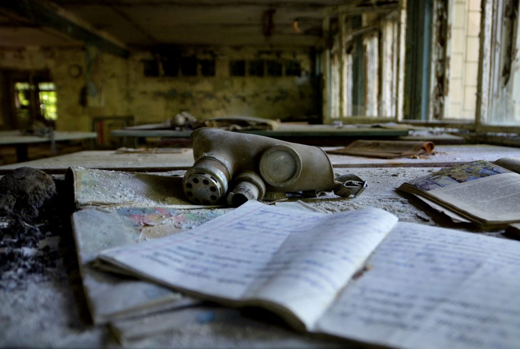 Maschera a gas in una scuola abbandonata a Pripyat, Ucraina.