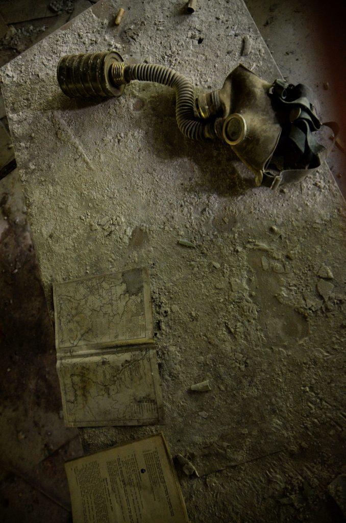 Un'altra maschera a gas abbandonata a Chernobyl.