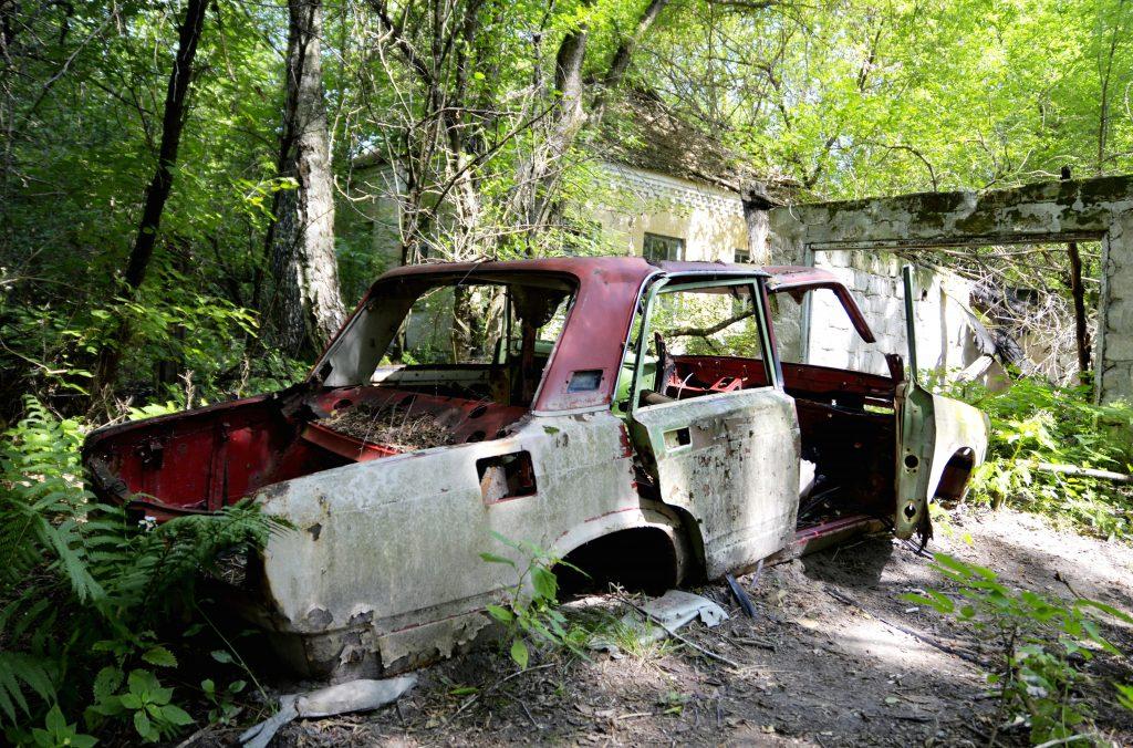 Auto abbandonata a Chernobyl, Ucraina.