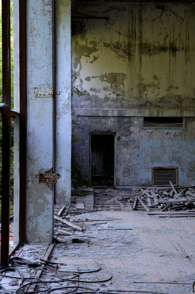 Una porta in un edificio abbandonato a Chernoby